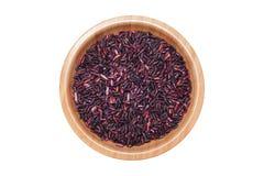 Тайские черные рис жасмина или ягода риса в деревянном шаре изолированном дальше Стоковые Фото
