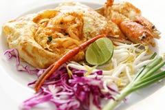 Тайские шевелить-зажаренные лапши риса (пусковая площадка тайская) Стоковые Фото
