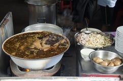 Тайские люди варят хрустящий суп свинины или затир муки риса и bo Стоковое Фото