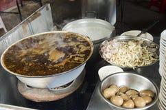 Тайские люди варят хрустящий суп свинины или затир муки риса и bo Стоковые Фотографии RF