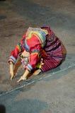 Тайские люди детей показывают культуру танцев Таиланда Lanna для путешественника на рынке Chaingrai улицы воскресенья идя Стоковые Изображения RF
