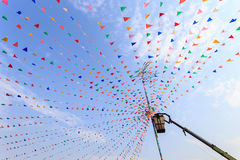 Тайские люди на кране настроили красочный флаг старого festiva стоковое фото rf