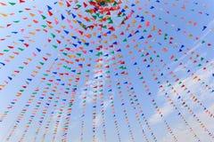 Тайские люди на кране настроили красочный флаг старого festiva стоковая фотография rf