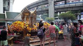 Тайские люди приближают к мини буддийскому виску в Бангкоке, Таиланде видеоматериал
