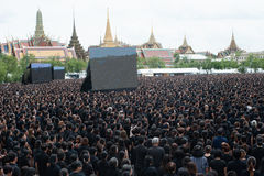 Тайские люди приходят для петь гимно короля Его Величество Стоковая Фотография RF