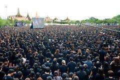 Тайские люди приходят для петь гимно короля Его Величество Стоковое Фото