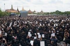 Тайские люди приходят для петь гимно короля Его Величество Стоковые Изображения RF