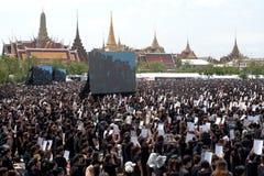 Тайские люди приходят для петь гимно короля Его Величество Стоковое Изображение RF