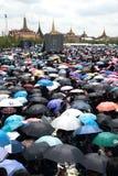 Тайские люди приходят для петь гимно короля Его Величество Стоковые Изображения