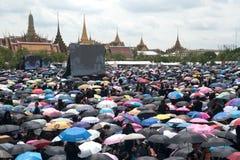 Тайские люди приходят для петь гимно короля Его Величество Стоковое Изображение