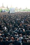 Тайские люди приходят для петь гимно короля Bhum Его Величество Стоковые Изображения