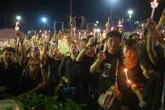 Тайские люди приходят для петь гимно короля Bhum Его Величество Стоковая Фотография