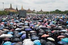 Тайские люди приходят для петь гимно короля Bhum Его Величество Стоковые Фото