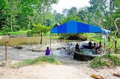Тайские люди путешествуют и ослабляют выдерживая горячие источники pongkrating стоковые фото