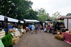 Тайские люди путешествуют и покупки на рынке справедливо Стоковая Фотография RF