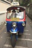 Тайские tuks tuk сидят припаркованный ожидающ туристов Стоковая Фотография