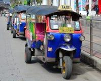 Тайские tuks tuk сидят припаркованный ожидающ туристов Стоковые Фотографии RF