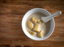 Тайский банан в молоке кокоса Традиционный десерт Таиланда стоковое фото rf