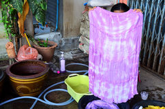 Тайский батик связи ткани выставки женщины крася желтый естественный цвет Стоковое Фото
