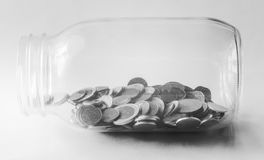 Тайский бат, бутылка монеток, деньги, тайская монетка Монетки денег тайские & x28; bath& x29; сортированная лестница Стоковые Фото