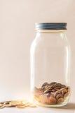 Тайский бат, бутылка монеток, деньги, тайская монетка Монетки денег тайские & x28; bath& x29; сортированная лестница Стоковая Фотография RF