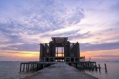 Тайский висок в море Стоковые Изображения