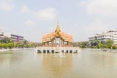 Тайский висок в середине бассейна в университете Ramkhamhaeng, Таиланде Стоковые Изображения