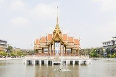 Тайский висок в середине бассейна на в университете Ramkhamhaeng, Таиланде Стоковая Фотография