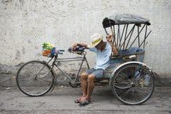 Тайский водитель Napping Чиангмай Таиланд Tuk Tuk стоковые изображения rf