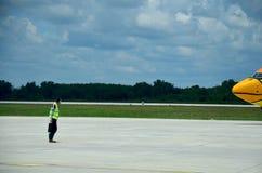Тайский выстраивать marshaller воздушных судн и визуальное сигнализируя betwe Стоковые Изображения