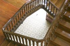 Тайский деревянный взгляд сверху дизайна лестницы от второго этажа стоковые изображения