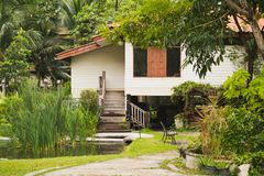 Тайский деревянный дом в саде стоковые изображения