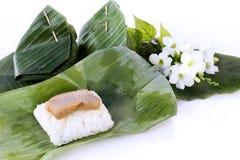 Тайский десерт: Липкий рис и испаренный заварной крем с обернутый в ба Стоковое Изображение RF