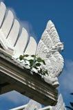 Тайский дракон - скульптура Naga на крыше виска под голубым небом Стоковая Фотография RF