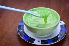 Тайский десерт (Lod Chong) на деревянной таблице стоковое фото rf