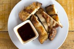 Тайский жареный цыпленок еды с соусом. Стоковая Фотография