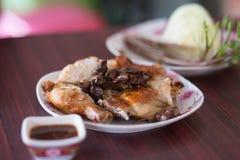 Тайский зажаренный цыпленок, тайская еда, зажаренный цыпленок Стоковые Фотографии RF