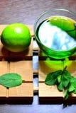 Тайский зеленый чай, свежие фрукты, известка и мята листают Стоковые Изображения RF