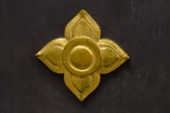 Тайский золотой декоративный цветок на темной деревянной предпосылке Стоковая Фотография RF