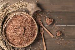 Тайский коричневый рис жасмина в бамбуковой корзине Стоковое Фото