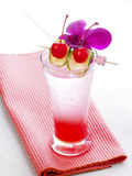 Тайский красный коктеиль с орхидеей, известкой и вишней Стоковые Фотографии RF