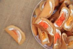 Тайский кудрявый блинчик с 2 стилями вкусом, желтым цветом как сладостным и красным как посолено стоковое фото