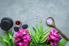 Тайский курорт Взгляд сверху горячих камней устанавливая для массажной процедуры и ослабить с пурпурной орхидеей на классн классн стоковое фото