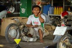 Тайский механик в автоматическом ремонте стоковая фотография rf