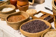 Тайский органический красный рис жасмина в корзине weave Стоковое Изображение