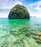 Тайский остров с прозрачной зеленой водой Стоковая Фотография RF
