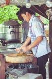 Тайский парень режет перцы chili на кухне Стоковые Фото