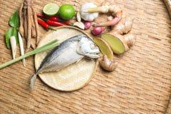 Тайский пищевой ингредиент супа Тома Yum пряного с испаренной скумбрией Стоковые Изображения RF