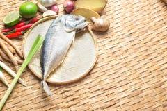 Тайский пищевой ингредиент супа Тома Yum пряного с испаренной скумбрией Стоковое Фото