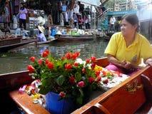 Тайский плавая рынок Damnoen Saduak продавая их изделия Стоковая Фотография